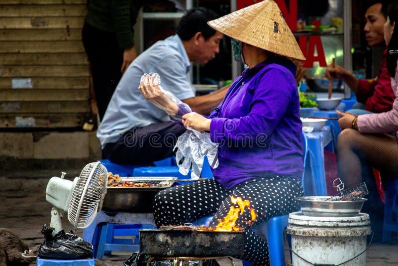 Продавец Ханой еды улицы стоковые изображения rf