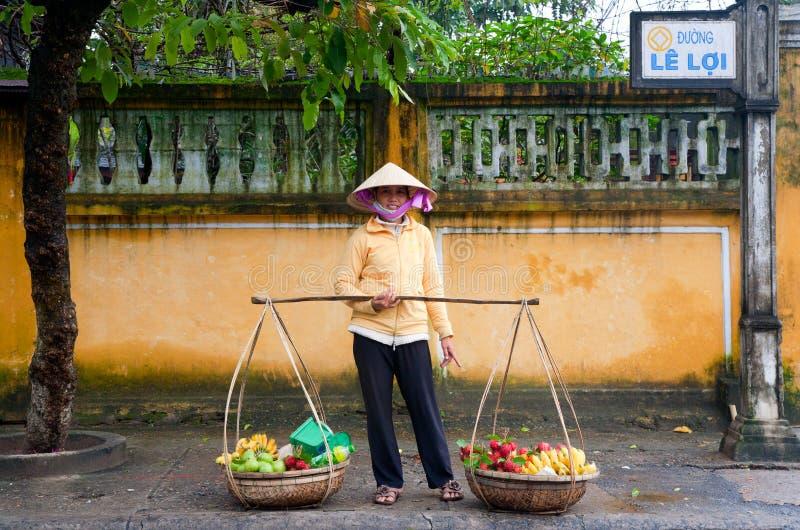 продавец hoi плодоовощ стоковое фото