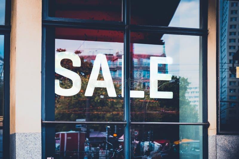 Продажа - окно покупок, дисплей магазина продажа слова - стоковая фотография