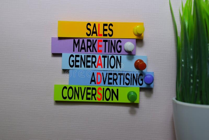Продажи, маркетинг, поколение, реклама, Conversio ВОДЯТ текст на липких примечаниях изолированных на столе офиса стоковое фото