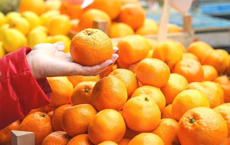 Продажи свежих и органических овощей и плодов на зеленом рынке или рынке фермеров в Белграде во время выходных  стоковая фотография rf