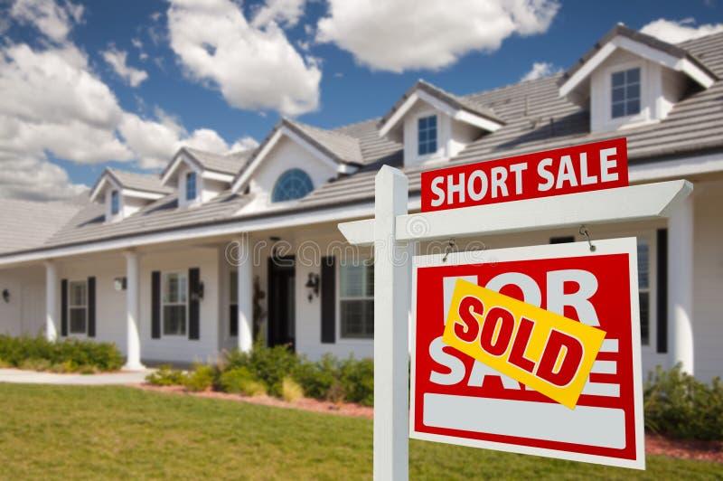 проданный знак краткости сбывания дома имущества реальный правый стоковая фотография