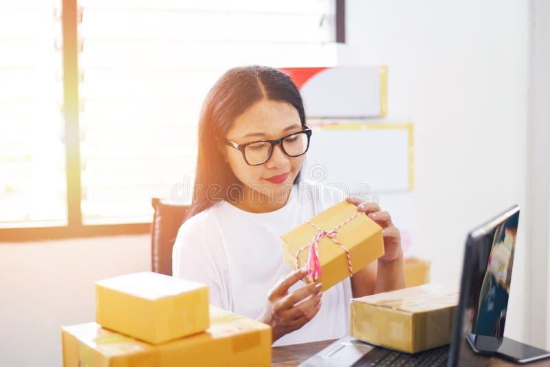 Продающ онлайн ecommerce грузя онлайн ходя по магазинам владельца мелкого бизнеса запуска доставки и заказа работая - азиатская м стоковая фотография rf