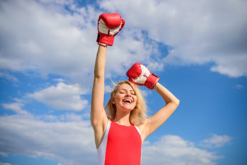 Продвижение феминизма Бой для женских прав Руководитель девушки повышая феминизм Повышение перчаток бокса женщины вручает голубое стоковые фотографии rf