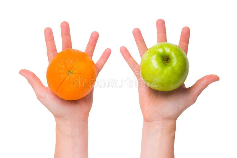 Продифференцируйте яблока от померанцев стоковые изображения