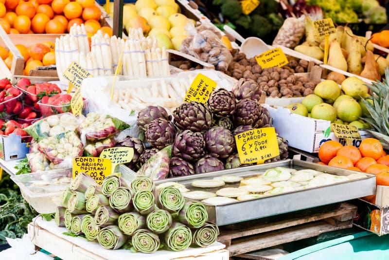 Продовольственный рынок фермеров со свежими, поменяли, сезонными, органическими овощами и плодами стоковое изображение