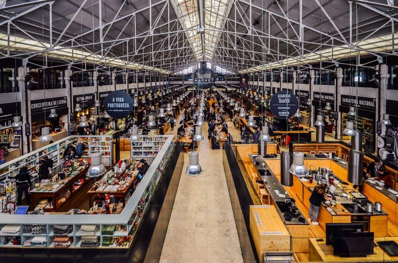 Продовольственный рынок Mercado da Ribeira выхода времени в Лиссабоне главная гастрономическая достопримечательность стоковые фотографии rf
