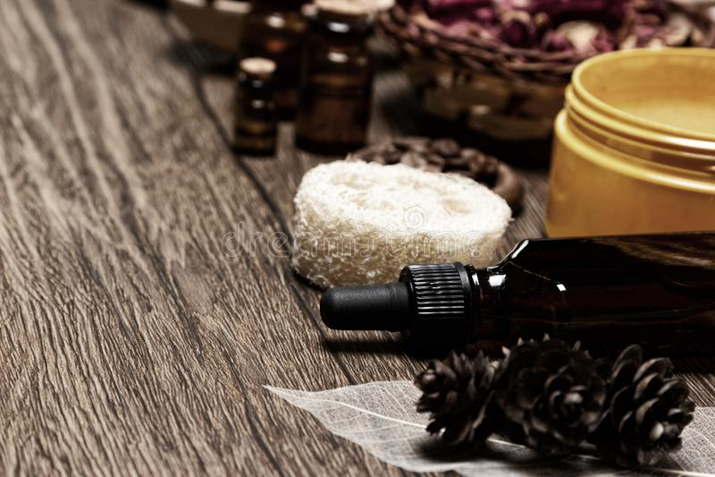 Продукты заботы кожи и естественные эфирные масла на деревянном столе стоковое фото rf