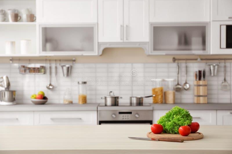Продукты и запачканный взгляд интерьера кухни стоковые изображения
