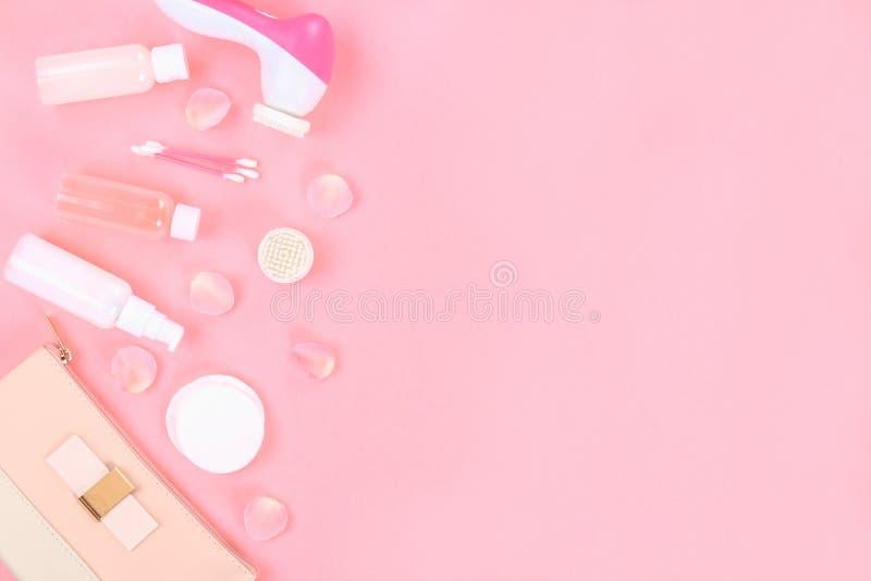 Продукты косметики Skincare основанные на завод с розовыми лепестками розы Опарник увлажнителя тела, бутылки эфирного масла тониз стоковое фото rf