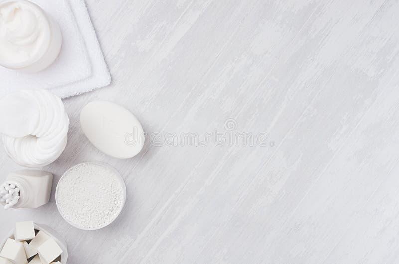 Продукты косметик - белая сливк, соль, глина, scrub и аксессуары ванны естественные на белой деревянной предпосылке, копируют кос стоковая фотография rf