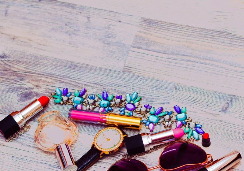 Продукты курорта с розовым маслом Сливк, лосьон и соль на белом copyspace взгляд сверху предпосылки Комплект продукта и цветков з стоковое фото rf