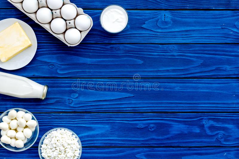 продукты молокозавода свежие Молоко, коттедж, сыр, yougurt на голубой насмешке взгляд сверху деревянного стола вверх стоковые изображения rf