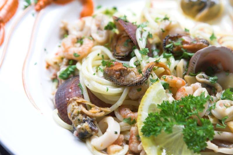 продукты моря макаронных изделия тарелки стоковое фото