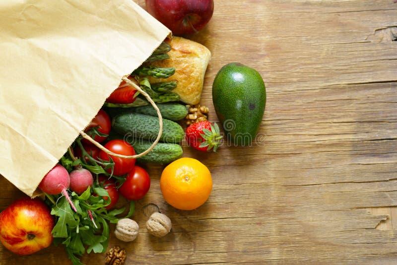Продукты пакета покупок органические стоковые изображения rf