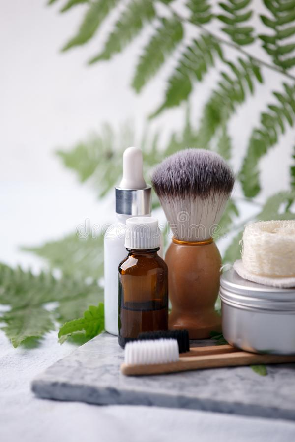 Продукты различного eco дружелюбные косметические в bathroom Уменьшая экологическая концепция следа ноги Бамбуковое полотенце ван стоковые фото