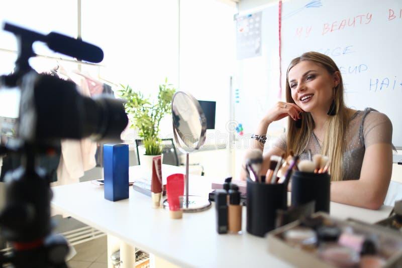 Продукт красоты Vlog блоггера девушки очарования присутствующий стоковые изображения