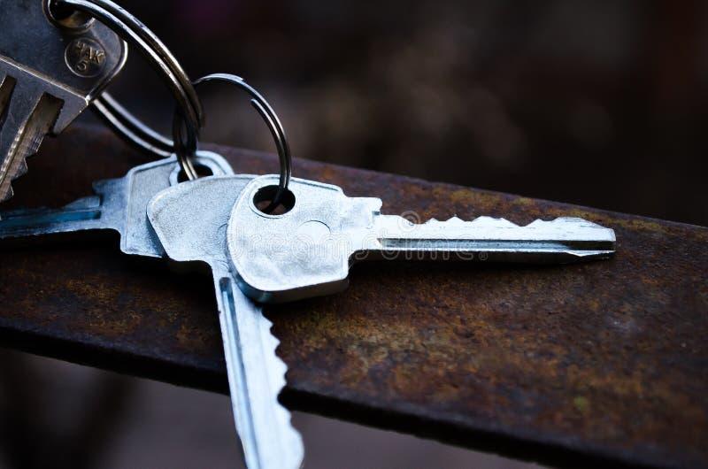 Продукция ключей Ключи пук пользуется ключом белизна Ключи к квартире стоковое фото rf