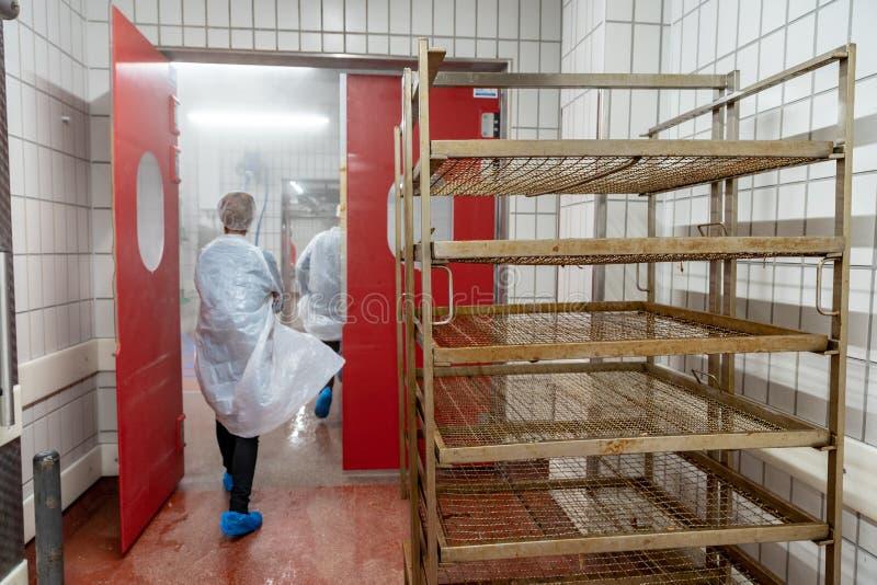 Продукция мясных продуктов в супермаркете в супермаркете Затем, распределение законченного - продукты к магазину стоковые фотографии rf