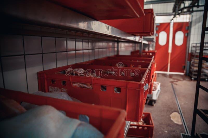 Продукция мясных продуктов в супермаркете в супермаркете Затем, распределение законченного - продукты к магазину стоковая фотография rf