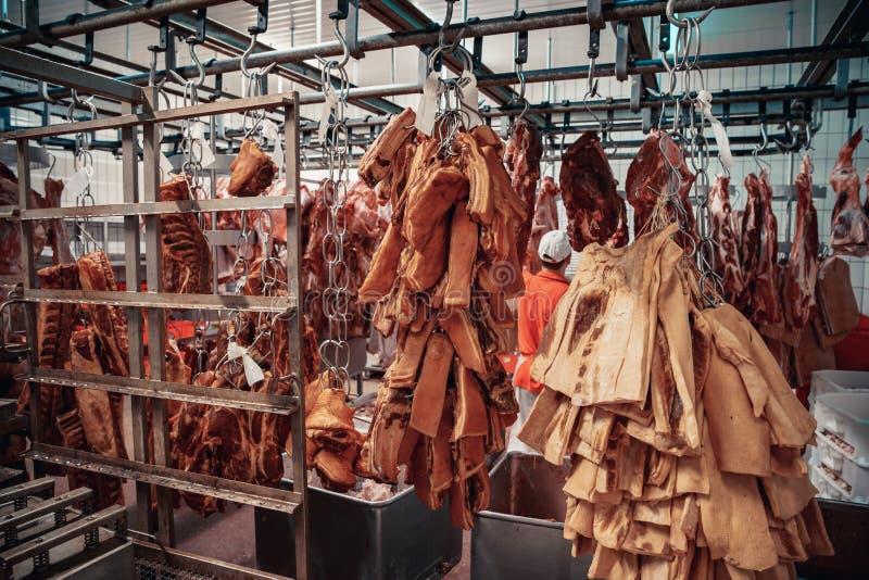 Продукция мясных продуктов в супермаркете в супермаркете Затем, распределение законченного - продукты к магазину стоковое фото