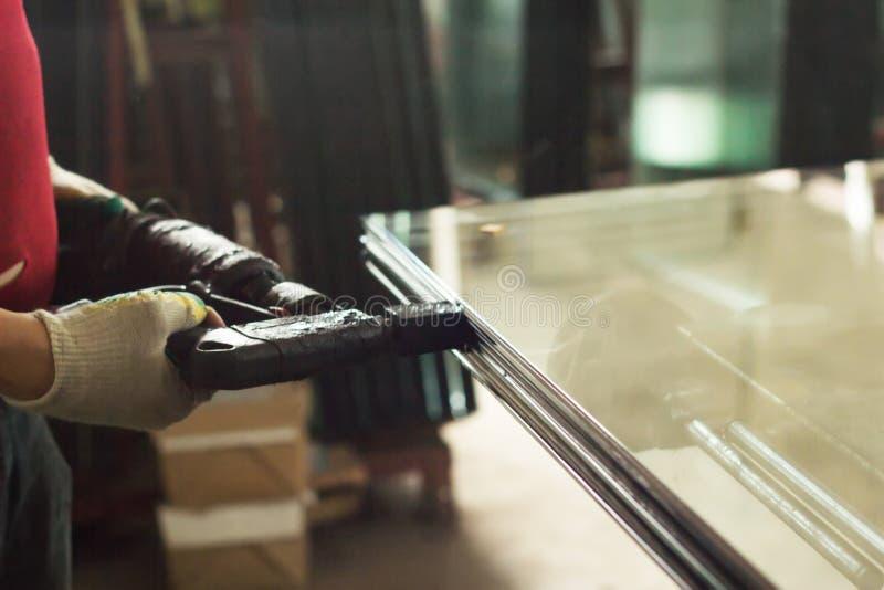 Продукция окон PVC, собрание стеклопакетов, закрепленность, стеклопакеты, изготовление, непромокаемость стоковая фотография