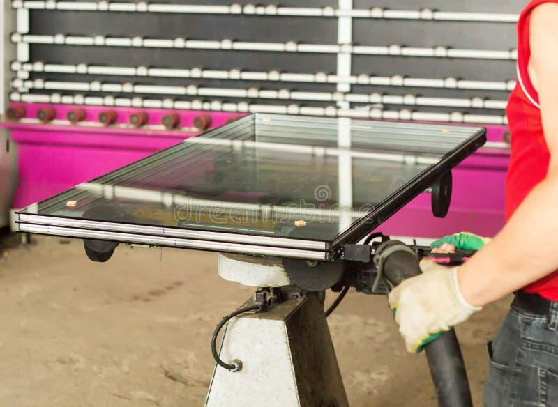 Продукция окон PVC, собрание стеклопакетов, закрепленность, стеклопакеты, изготовление, непромокаемость стоковое фото