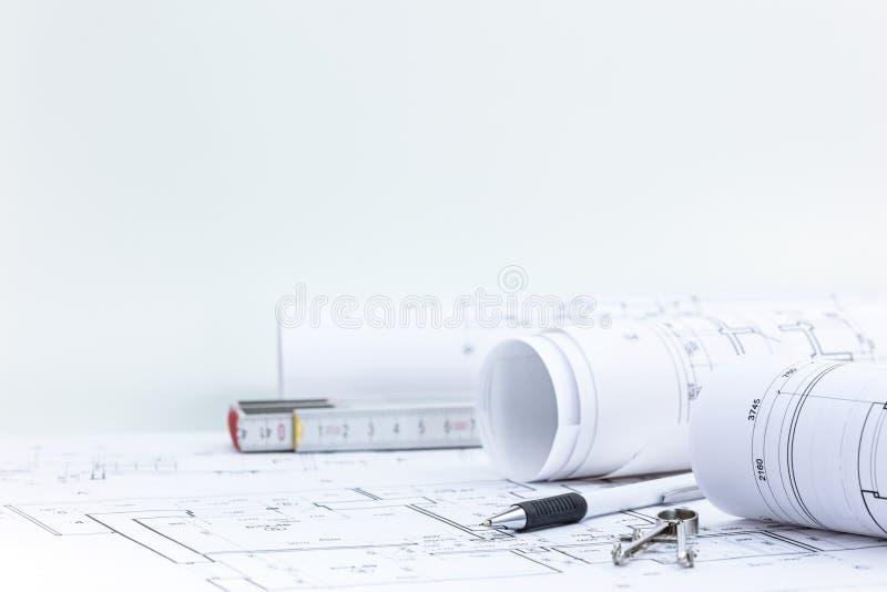 Проектировать инструменты с кренами светокопии и техническим планом на дуге стоковые изображения rf