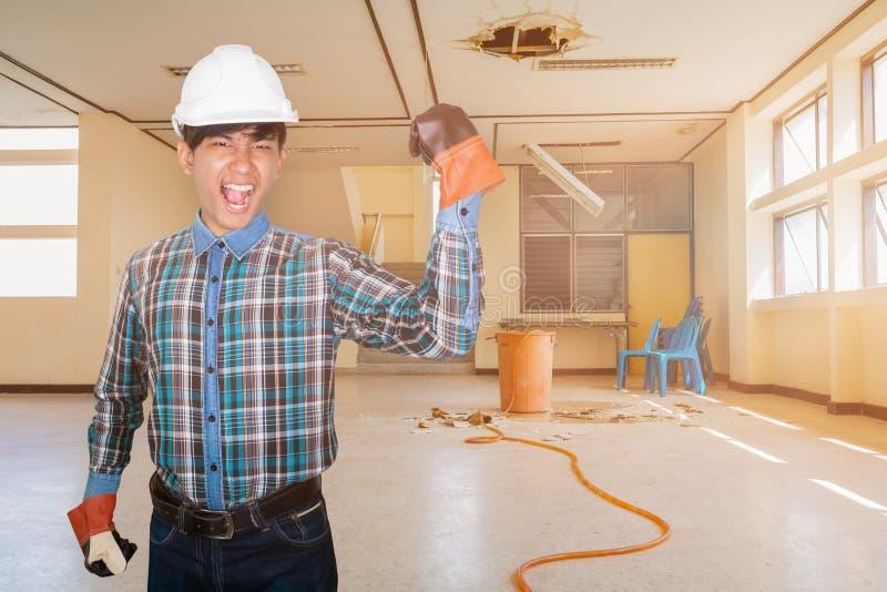 Проектировать руку вверх по руке в офисном здании падения утечки воды ремонта занятости внутреннем стоковые изображения rf