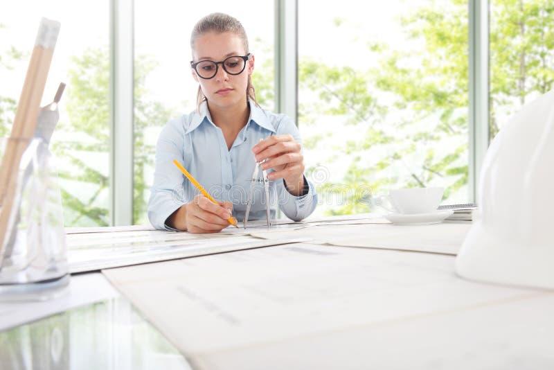 Проектнаяо работа в офисе, планируя концепция инженера архитектора стоковые изображения