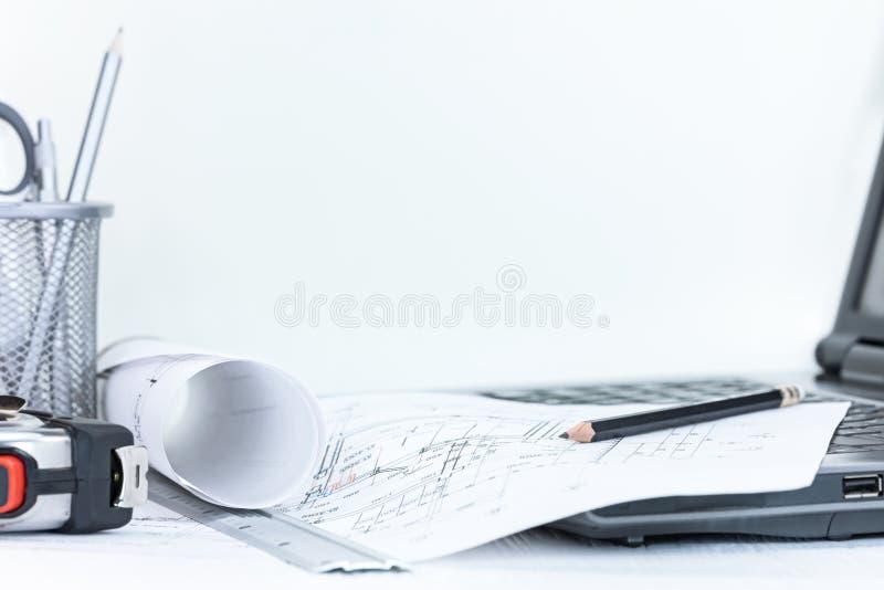 Проект инженерства планирует с измеряя инструментами на белом деревянном d стоковая фотография rf