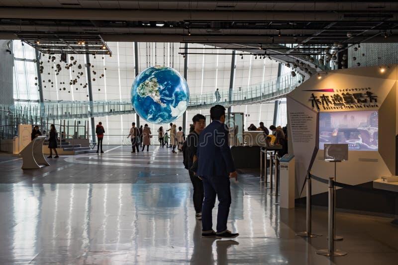 Проект Tsunagari в Национальном музее Miraikan вытекая науки и нововведение представляют землю w стоковая фотография