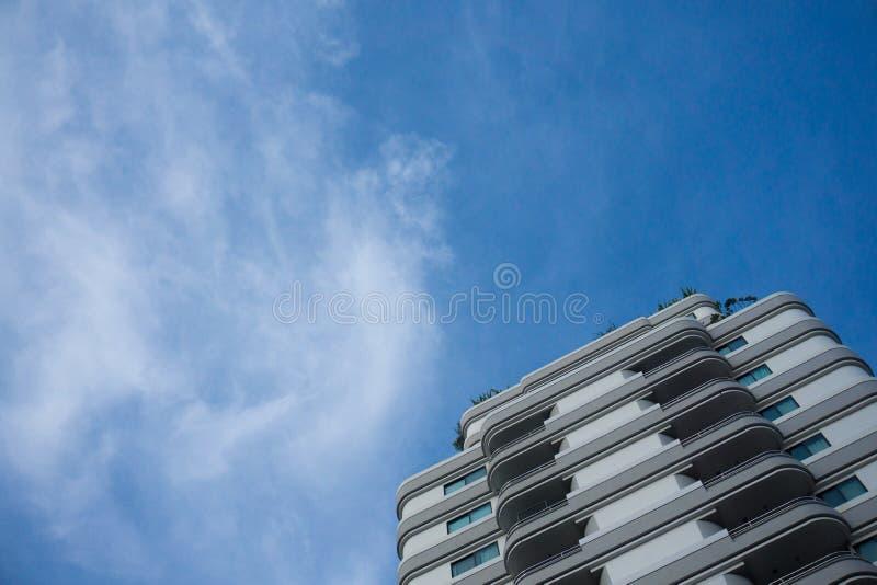 Проживающее здание с предпосылкой голубого неба стоковые изображения rf