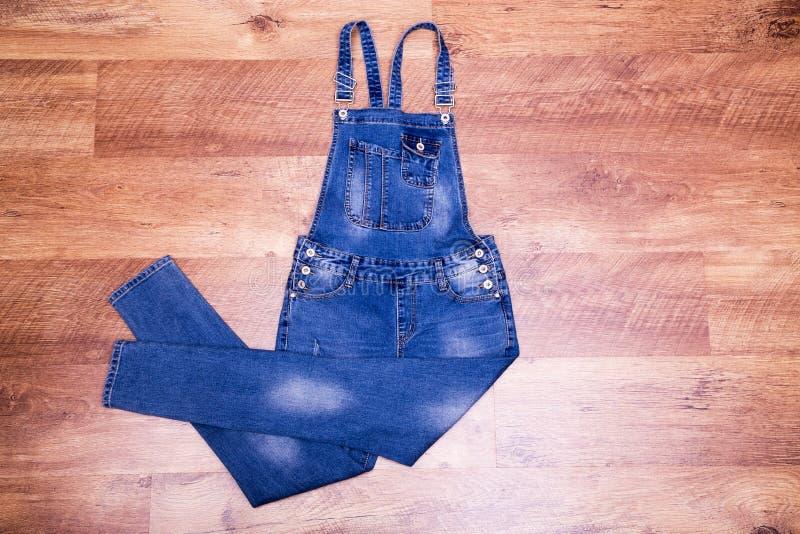 Прозодежды джинсовой ткани на поле стоковая фотография rf