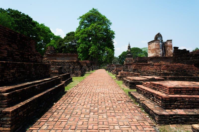 Прозодежда mahatat wat и дорожка в Th исторического парка sukhothai стоковое изображение