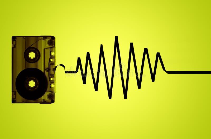 Прозрачная лента магнитофонной кассеты и звуковая война стоковое фото