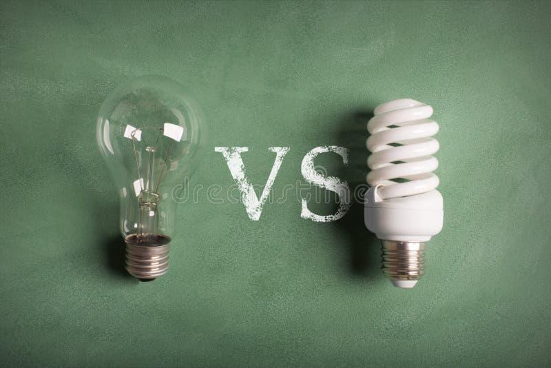 Прозрачная и белая (энергосберегающая) электрическая лампочка стоковые изображения rf