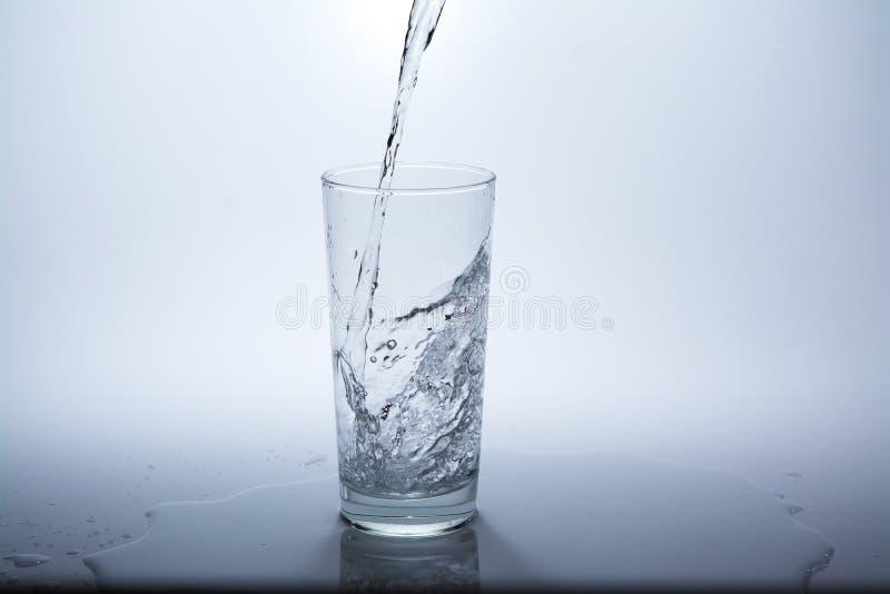 Прозрачное стекло с чистой питьевой водой стоковая фотография