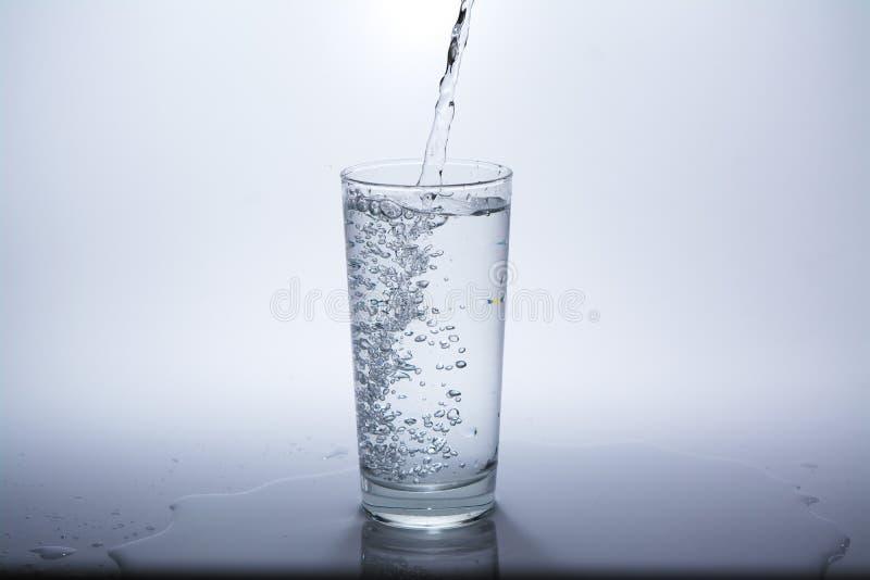 Прозрачное стекло с чистой питьевой водой стоковое фото