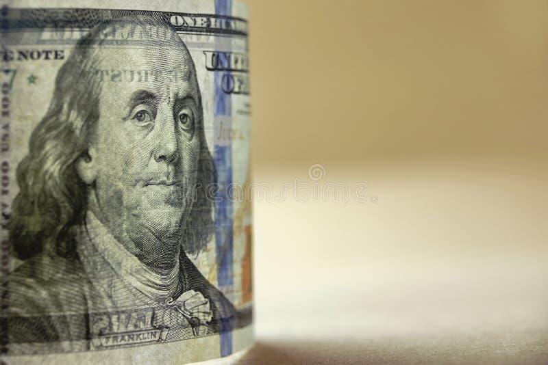 Прозрачно новые США 100 долларовых банкнот в заднем светлом конце-вверх стоковые изображения rf