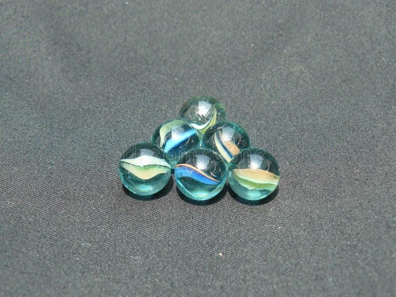 Прозрачные и покрашенные стеклянные мраморы стоковые фото