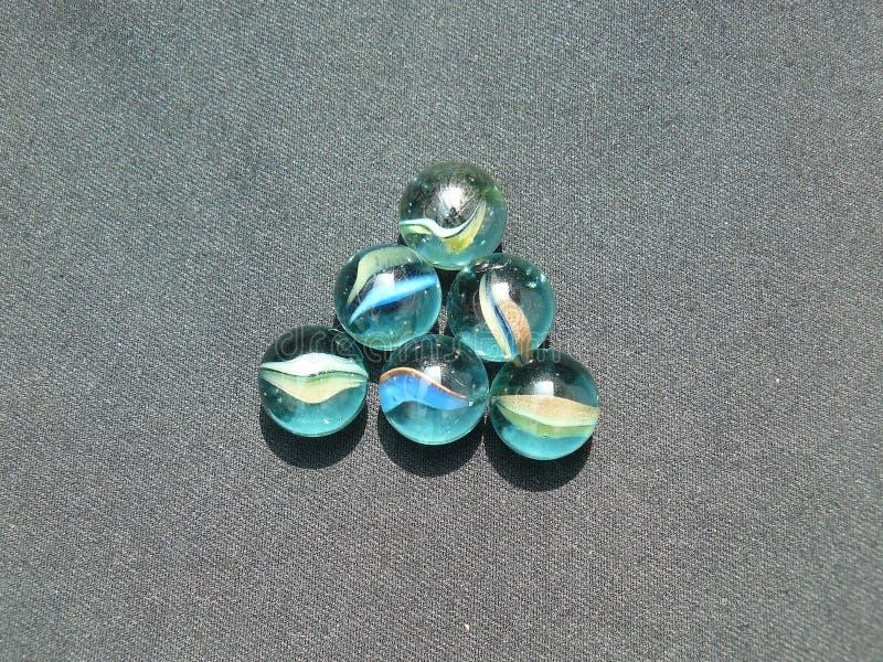 Прозрачные и покрашенные стеклянные мраморы стоковое фото rf