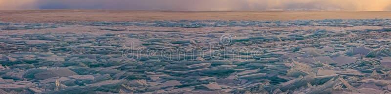 Download Прозрачные торошения льда Байкала на заходе солнца в тумане Стоковое Фото - изображение насчитывающей замерзано, кристалл: 81810494