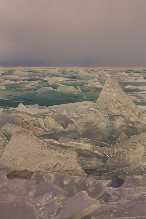 Download Прозрачные торошения льда Байкала на заходе солнца в тумане Стоковое Фото - изображение насчитывающей кристалл, стекло: 81810524
