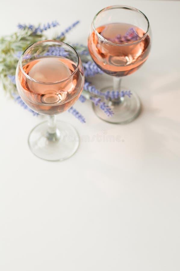 Прозрачный бокал вина розовое вино праздничное настроение Алкоголь для группы в составе друзья вкусное питье Светлая предпосылка  стоковое фото rf