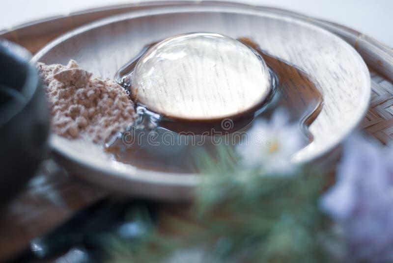 Прозрачный десерт, Mochi, на деревянной плите, с сладостным соусом стоковые фотографии rf