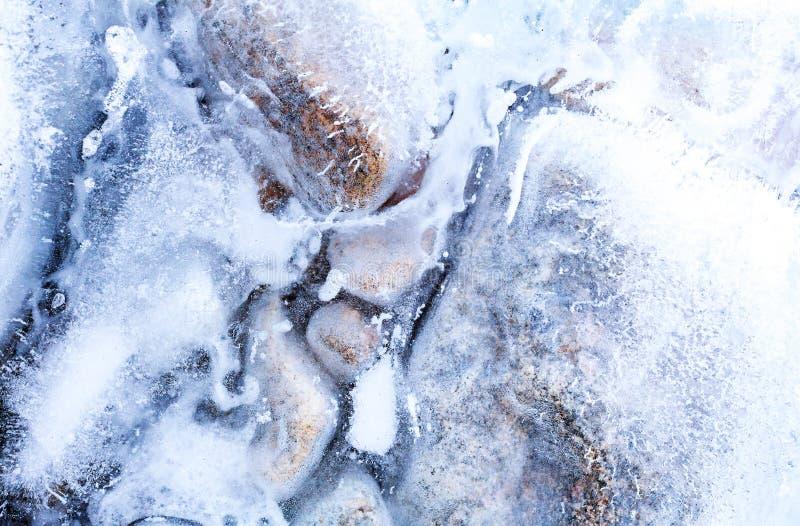 Прозрачный лед с воздушными пузырями и камнями стоковые изображения rf