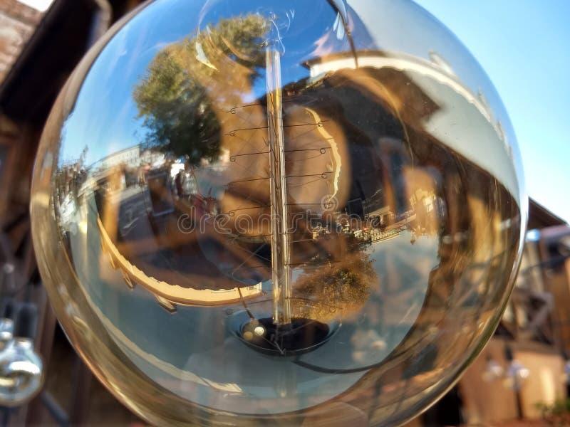 Прозрачный круглый шарик уличного фонаря стоковое изображение rf