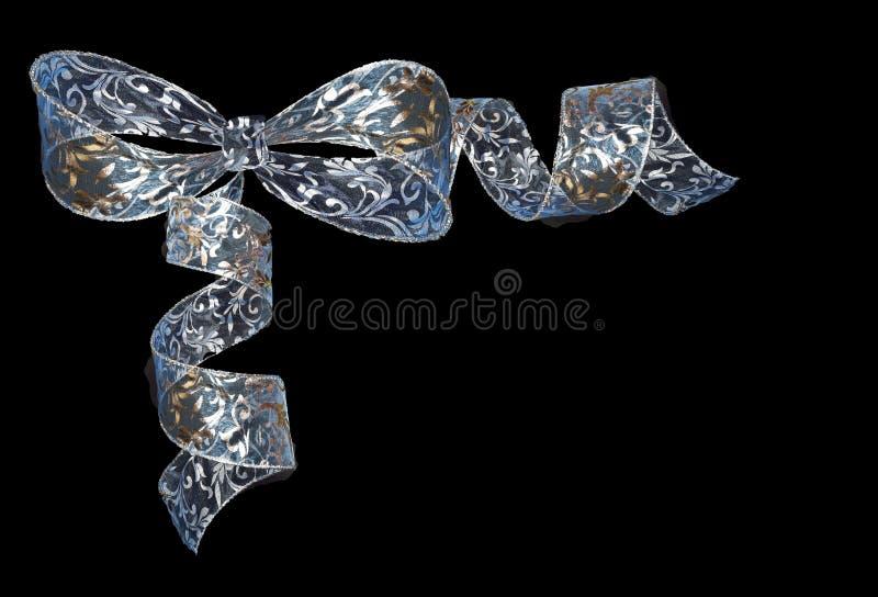 Прозрачный сияющий завитый смычок ленты сине-серебра изолированный на blac стоковые фотографии rf