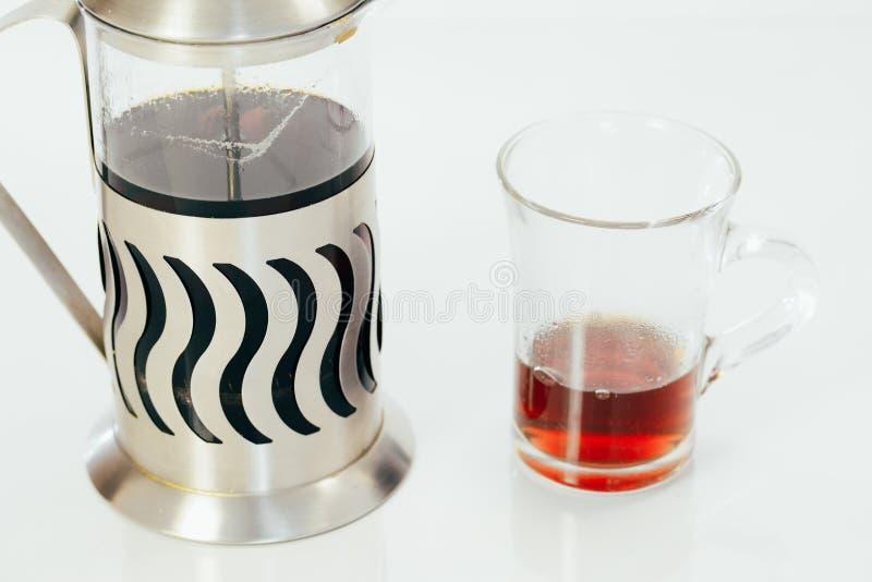 Прозрачный чайник с чаем и чашка с горячим чаем на белой предпосылке стоковые изображения rf
